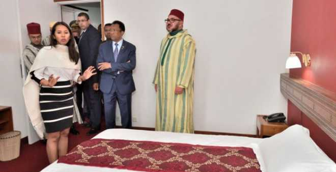 بالصور. الملك محمد السادس يزور الفندق الذي أقام فيه جده أيام المنفى