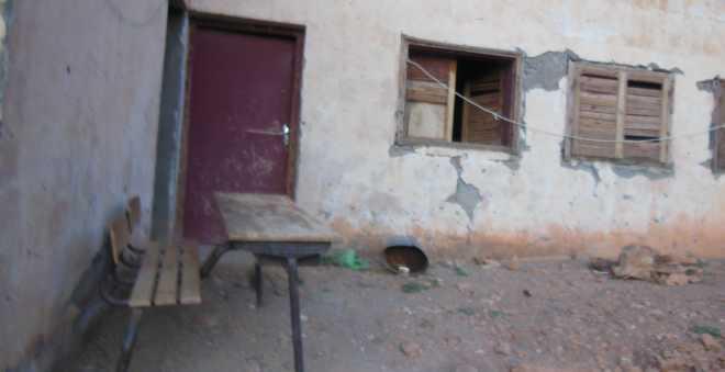 واقع صعب.. مدرسة دون نوافذ وأبواب بدوار معزول والسكان يناشدون المسؤولين