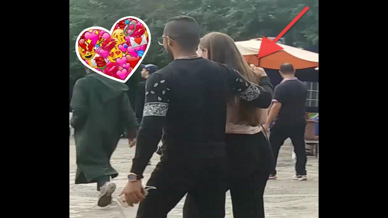 مغربي يمسك بأيدي فتيات أجنبيات في شفشاون.. فماذا كان ردّ فعلهن؟
