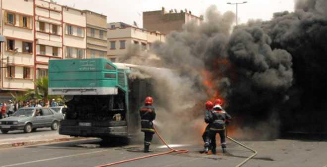 بالفيديو. حريق مهول يلتهم حافلة بالبيضاء