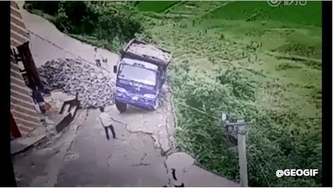 لحسن الحظ أن السائق قد نجا في آخر لحظة