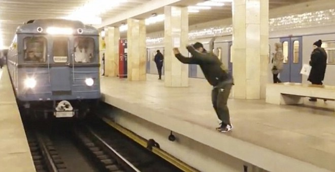 شاهد كيف غامر شاب متهور بحياته للقيام بقفزة أمام القطار !!