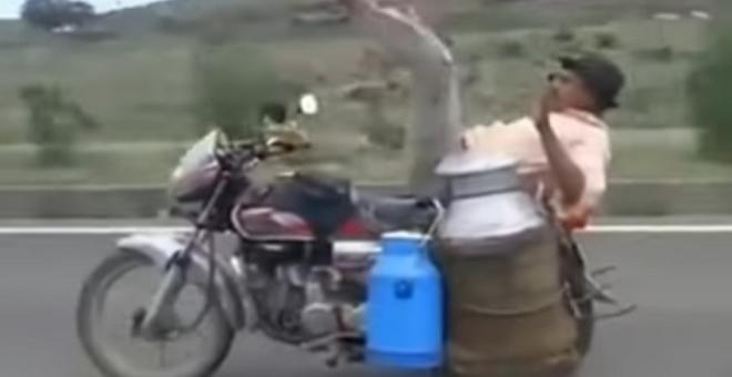 فيديو طريف.. بائع اللبن يتفنن في سياقة الدراجة