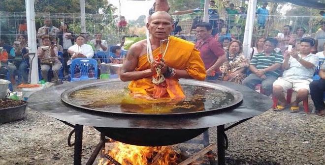 فيديو.. كشف حيلة جلوس الراهب البوذي في وعاء زيت مغلي!