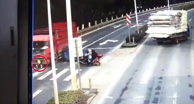 بالفيديو.. رضيع تصدمه شاحنة وينجو بأعجوبة