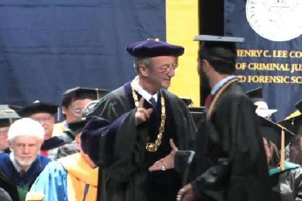 جامعة أمريكية تكشف سبب رفض رئيسها مصافحة خريج خليجي!