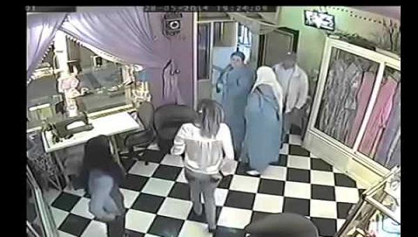 كاميرا سرية تكشف ثلاثة نساء يقمن بفعل غير أخلاقى