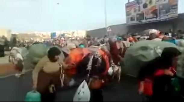 فيديو.. مئات المغاربة يغادرون باب سبتة ويصرخون