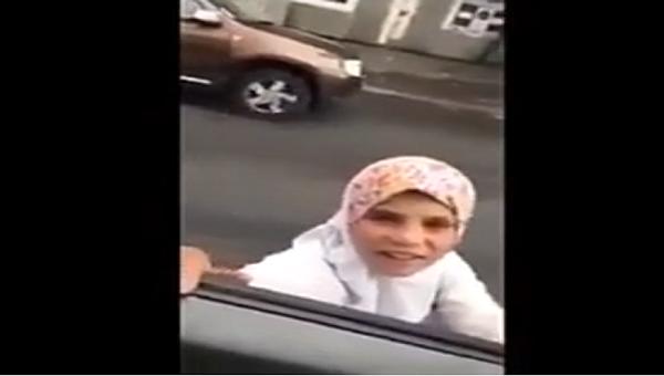 طفل روماني متنكر في زي طفلة سورية للتسول في شوارع باريس و المدهش انه يتقن التكلم بالسورية