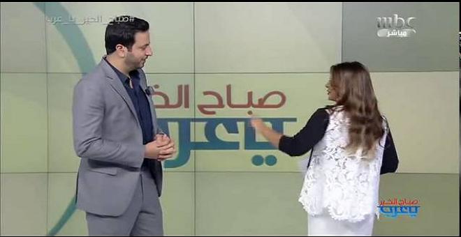 مذيع 'MBC' يغازل زميلته على الهواء مباشرة..وهكذا كانت ردة فعلها!