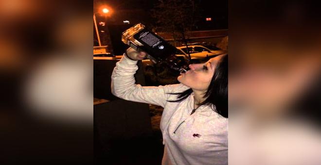 فيديو خطير.. فتاة تغامر بحياتها وتحتسي زجاجة نبيذ بدون توقف !