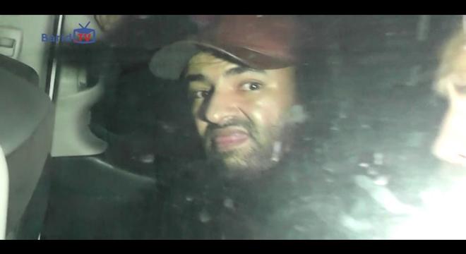 بدون استحياء.. لص البيضاء يتوعد المصورين من داخل سيارة الأمن