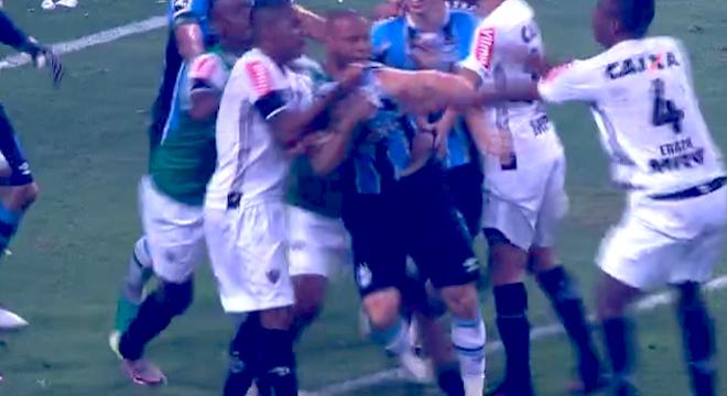 بالفيديو.. معركة قوية بين الاعبين في نهائي كأس البرازيل