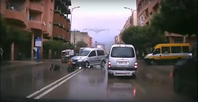 سيارة تدهس فتاتين ببني ملال و ردة فعلهما كانت غريبة