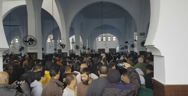 بالفيديو.. فاس. مواطنون يقاطعون صلاة الجمعة احتجاجا على عزل إمام!