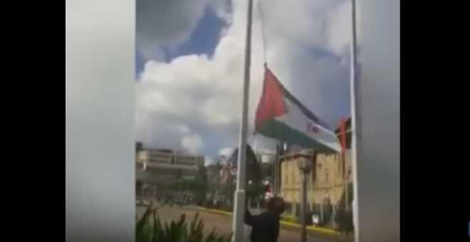 بالفيديو. تزامنا مع زيارة الملك.. إنزال علم البوليساريو ورفع العلم المغربي بنيجيريا