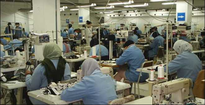 مغربيات يخطن ملابس الموضة الإسبانية