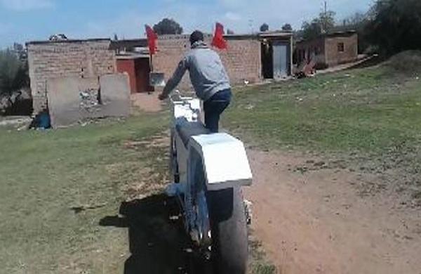 مغربي يخترع أكبر دراجة نارية في العالم