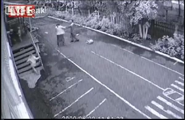 معلمة تصارع رجلا كان يحاول اختطاف إحدى تلميذاتها
