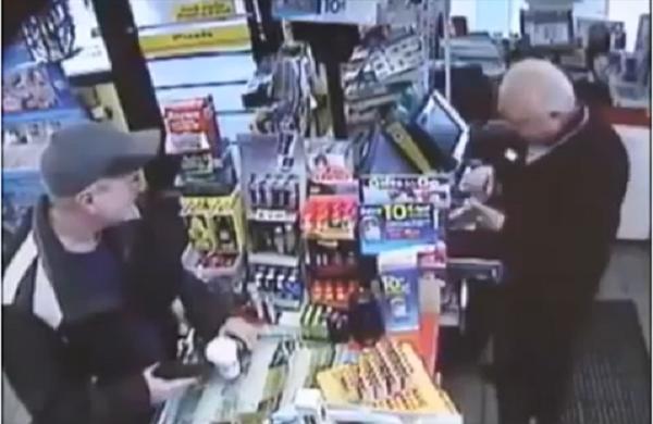 بالفيديو..رجل يتباهى امام الكاميرا للسرقة