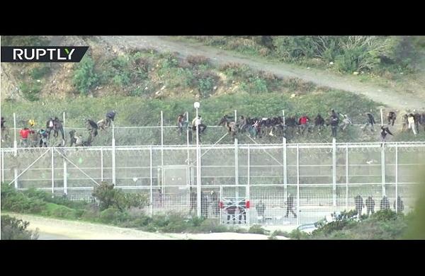مئات المهاجرين يحاولون اقتحام جيب سبتة الإسباني شمال المغرب