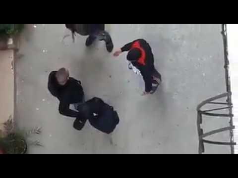 شوفو أعباد ألله كريساج بالنهار قدام دائرة شرطة .....