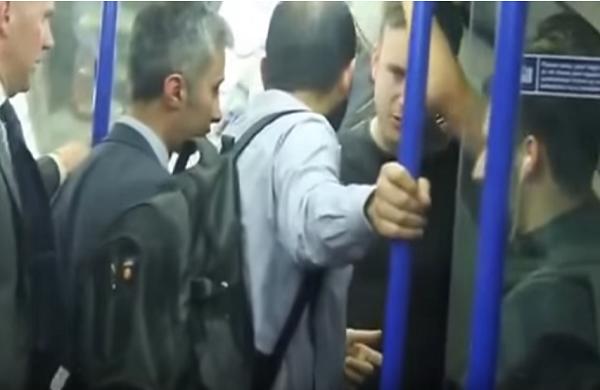 شاب مسلم يدافع على فتاة أجنبية يثير إنبهار الركاب 2017