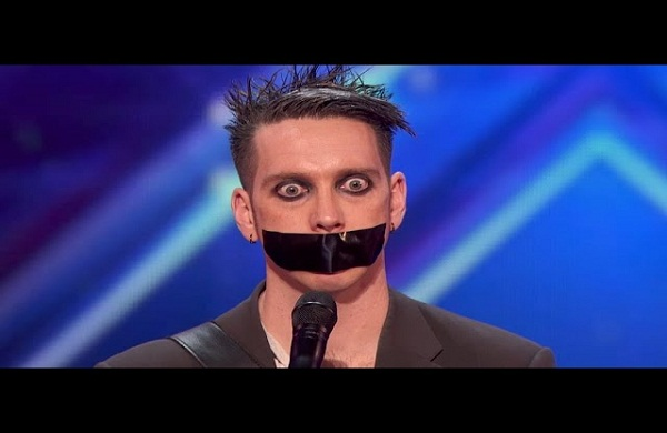 وضع على فمه لاصق ولم يتكلم وفاجأ الحكام والجمهور - مترجم