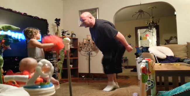 أم وضعت كاميرا لرصد تحركات أطفالها في غيابها، لتسجل هذا التصرف الغريب من الأب