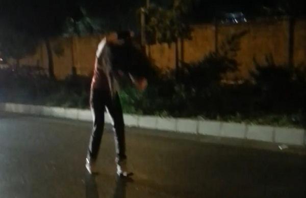 شاهد كيف اثر عليها شرب الخمر وسط الشارع