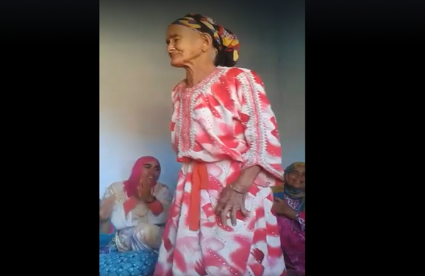 الضحك و النشاط عند امرأة كبيرة السن