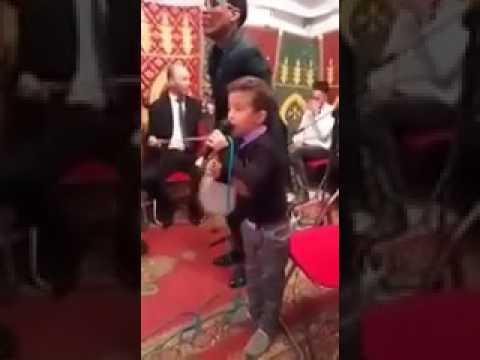 طفل يقول كلمته في عرس مغربي