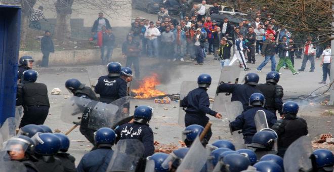 غلاء المعيشة يخرج الجزائريين للتظاهر..هل بات السلم الاجتماعي مهددا؟