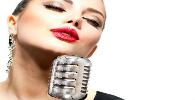 طرق طبيعية لإضفاء الأنوثة والنعومة على صوتك