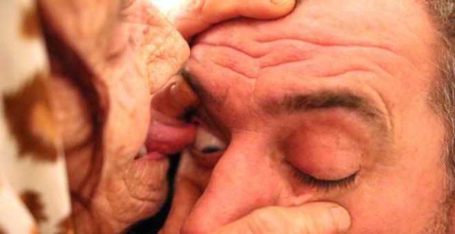 لا يصدق.. عجوز تدعي امتلاك قدرات خارقة بلسانها تستطيع علاج العمى!!