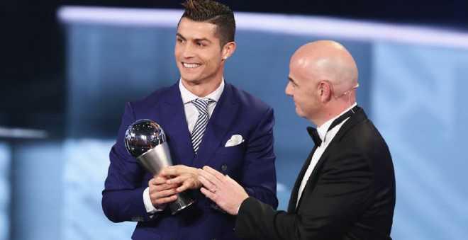 رونالدو يتوج بجائزة الفيفا لعام 2016