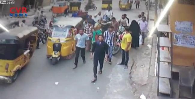 بالفيديو.. رجل غاضب يحطم «توك توك» أطاح بزوجته
