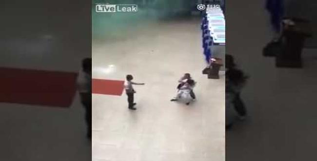 بالفيديو.. فتاة تنقذ رهينة من الذبح بخدعة مفاجئة