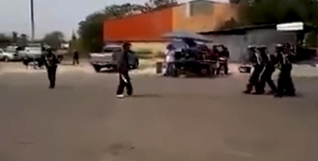 مشرمل يواجه الشرطة بسيف.. شاهد ردة الفعل