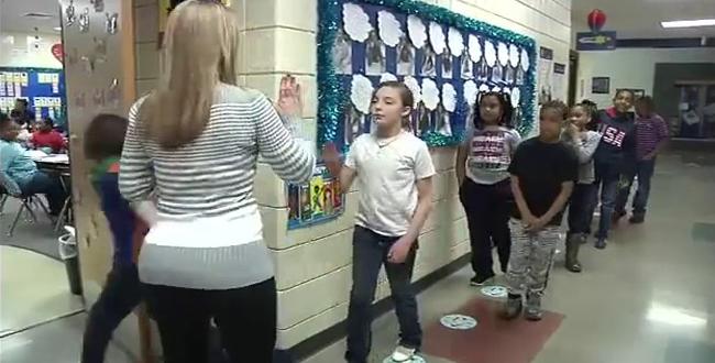 شاهد ماذا تفعل معلمة أمريكية مع تلاميذها قبل دخول الصف