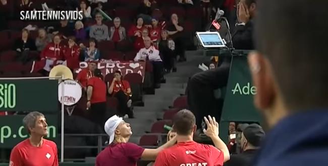 الفيديو.. لاعب تنس يوجه ضربة خطيرة للحكم بعد تضييعه فرصة