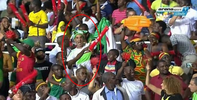 مشجع جزائري يحتفل بهدف الكاميرون على منتخب مصر