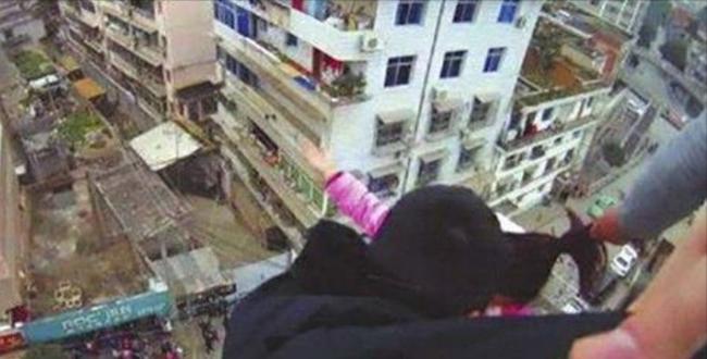 بالفيديو.. أنقذ زوجته من شعرها في اللحظة الأخيرة!