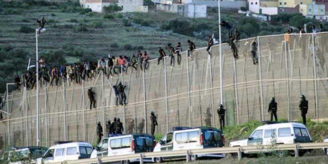 الاقتحامات المتكررة للمهاجرين لسبتة تُخرج وزير الداخلية الإسباني عن صمته