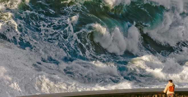 بالفيديو. أمواج عاتية تضرب سواحل البيضاء وتخلق الرعب!