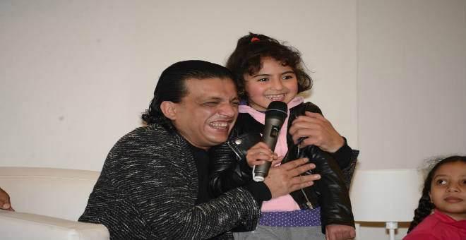 الممثل مفتاح الخير يتبادل الحكايات مع أطفال معرض الكتاب بالدار البيضاء
