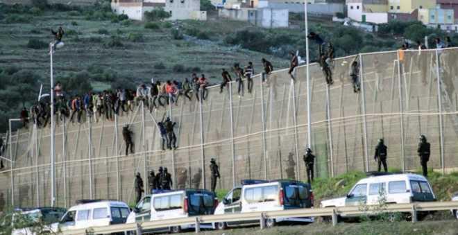 مئات المهاجرين الأفاريقة يقتحمون سبتة المحتلة