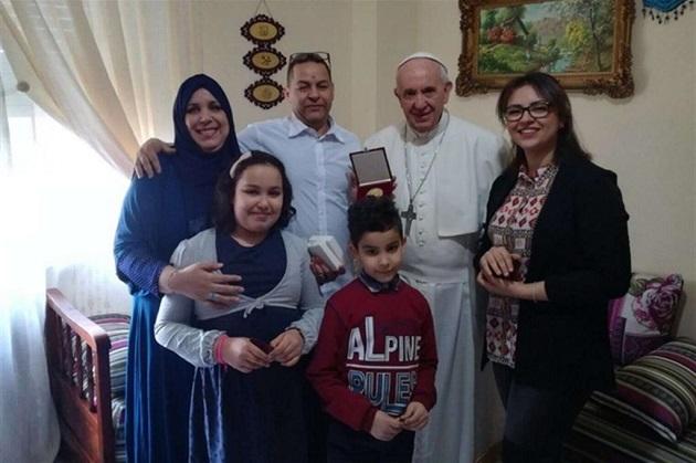 البابا يزور عائلة مغربية بإيطاليا