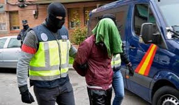 اعتقال 16 مغربيا في إسبانيا بتهم النصب وابتزاز المهاجرين