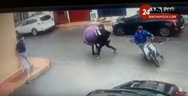 بالفيديو. مجرم خطير يسرق حقيبة فتاة بواسطة سيف بالبيضاء!